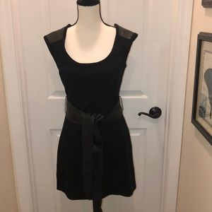 Awesome women's Black Guess tunic w/ leather belt